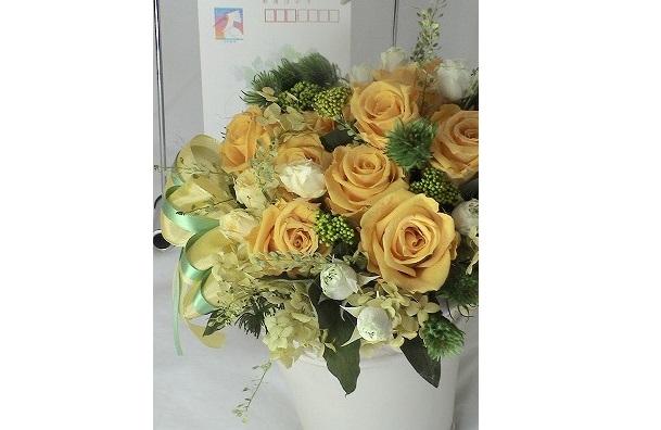 ゴールデンイエローのバラで新春用のアレンジ