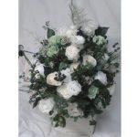 卒業生が母校に贈るお花です。ホワイト~グリーンのローズ