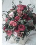 卒業生が母校に贈るお花 主張しすぎない赤のローズ