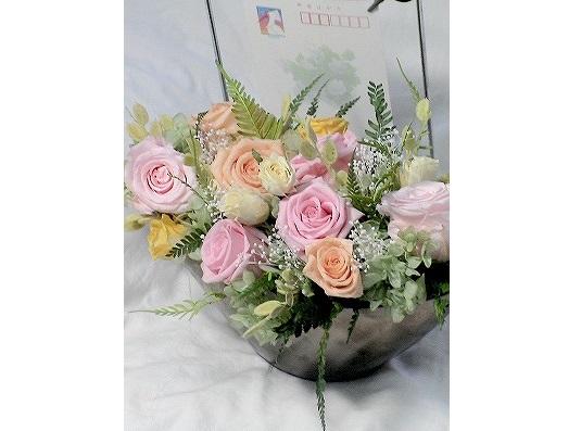 ピンク系のプリザーブドフラワーで、花器は横長の黒の物を希望