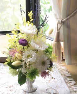 白い輪菊を使用した仏花のプリザーブドフラワーアレンジ
