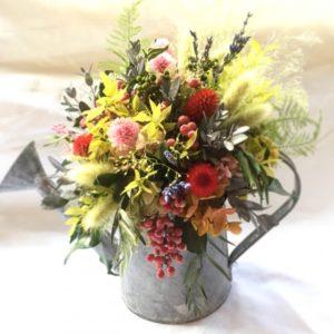 野摘みのお花をアレンジした様なプリザーブドフラワーです。多数のグリーンや小花を使用しています。