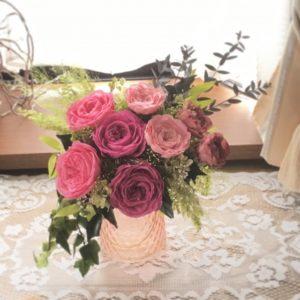 ローズは開花させて大輪にし、ハングブーケポットにあふれる様にアレンジしました。